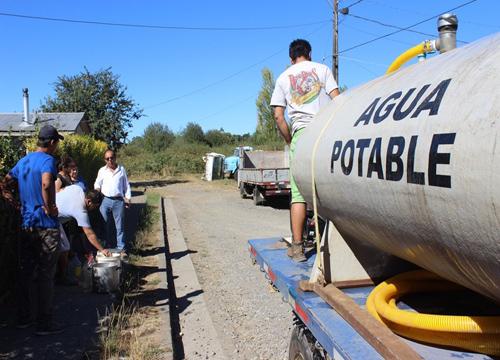 Cuidemos el Agua: Fantasma de la sequía en Combarbalá nos sigue rondando 15 aljibes entregan agua en la comuna.Uno de ellos es pagado con recursos propios de la municipalidad local..
