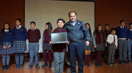 Alcalde de Combarbalá, Gobernador del Limarí y autoridades entregaron 157 Computadores a los alumnos 7to. año básico.